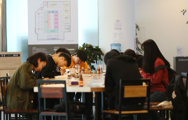 Jobseekers gather in a center for youth employment, provided by Seoul City. (Yonhap)