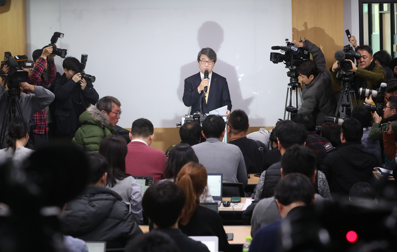 Former Supreme Court Justice Kim Ji-hyung, who was named to head Samsung's compliance committee, speaks at a press briefing held in Seoul on Thursday. (Yonhap)