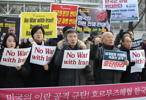 Civic groups hold an anti-war rally outside the US Embassy in Seoul on Thursday. (Yonhap)
