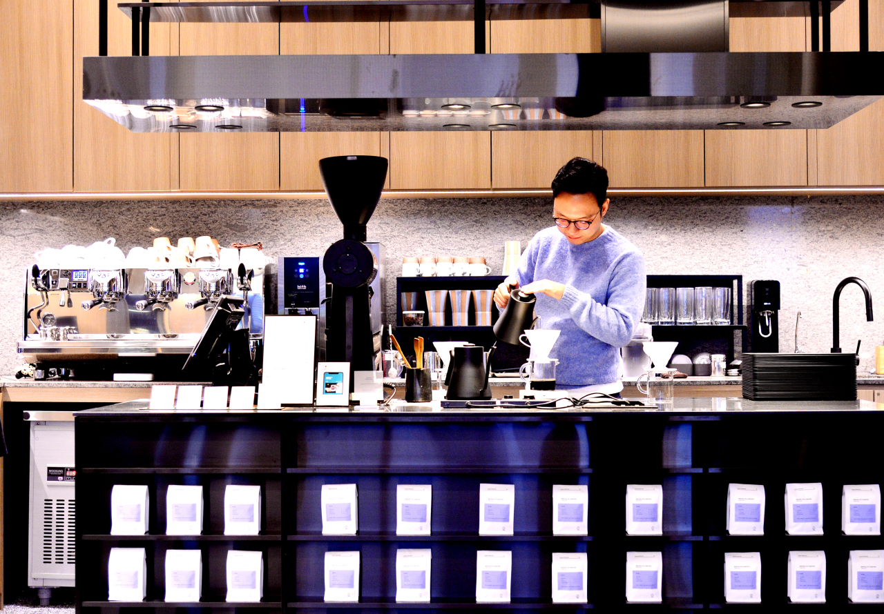 A barista makes coffee at the cafe Under Pressure in Gangnam, Seoul. Park Hyun-Koo/The Korea Herald