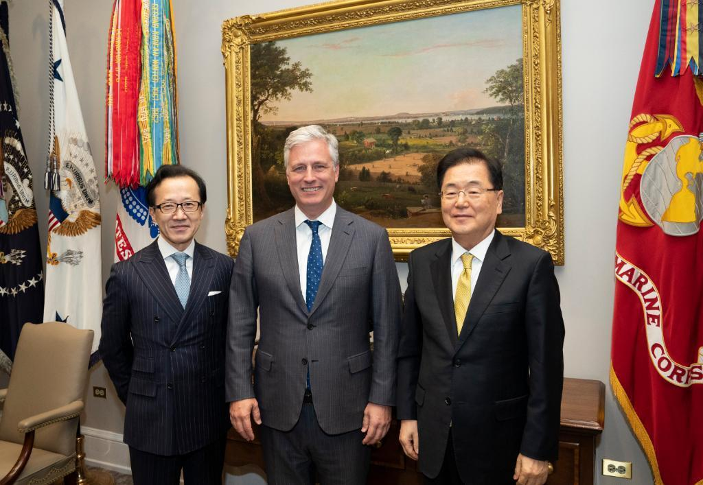 South Korean national security office chief Chung Eui-yong (right) poses with US national security advisor Robert O'Brien (center) and and their Japanese counterpart Shigeru Kitamura (left). Yonhap