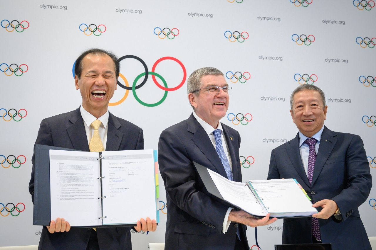 Governor of Gangwon Province, Choi Moon-soon, International Olympic Committee (IOC) President Thomas Bach and IOC Singaporean member Ng Ser Miang pose with the contract they signed after Gangwon Province in South Korea was elected to host the 4th Winter Youth Olympic 2024 during an Olympic session in Lausanne on January 10, 2020. (AFP-Yonhap)