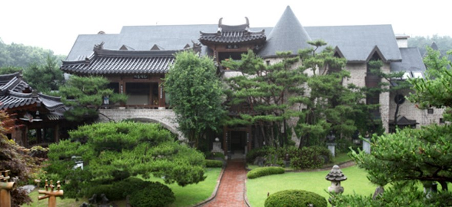 Mok-A Buddhist Museum in Gyeonggi Province holds more than 6,000 Buddhist relics, including three treasures, collected by Mok-A Park Chan-su. (Mok-A Buddhist Museum)