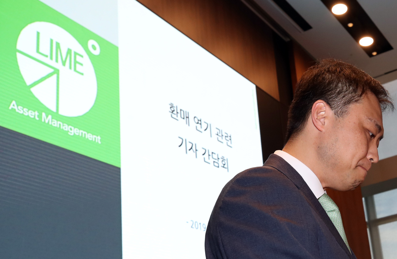 Lime Asset Management CEO Won Jong-jun bows in apology to investors for suspending the redemption of funds, at a press conference in October in Seoul. (Yonhap)