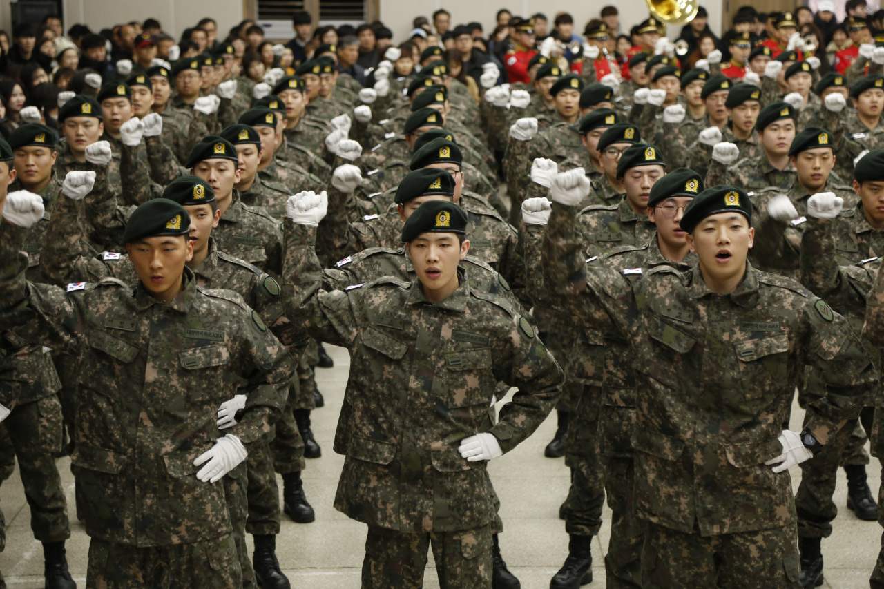 Soldiers sing a marching song at this year's first army basic training graduation in the southwestern city of Gwangju on Jan. 8. (Yonhap)