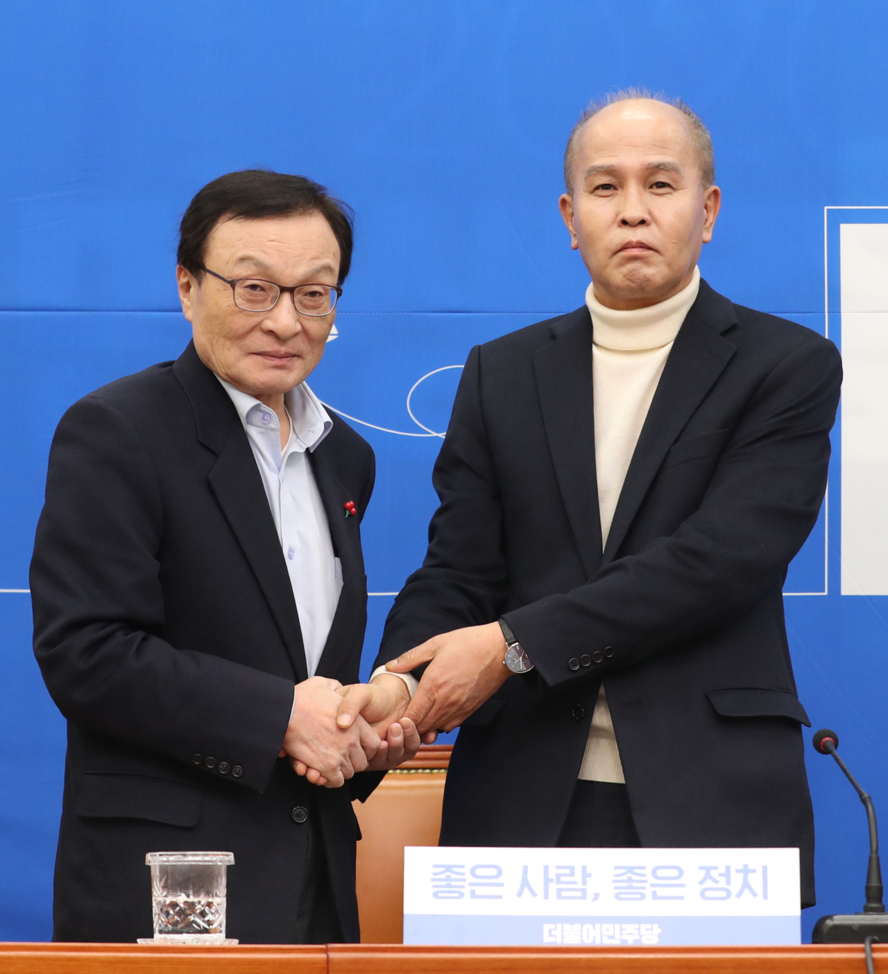Democratic Party of Korea leader Lee Hae-chan (left) and Kakao Bank co-CEO Lee Yong-woo poses for a photo at a ceremony in the National Assembly held on Sunday. (Yonhap)