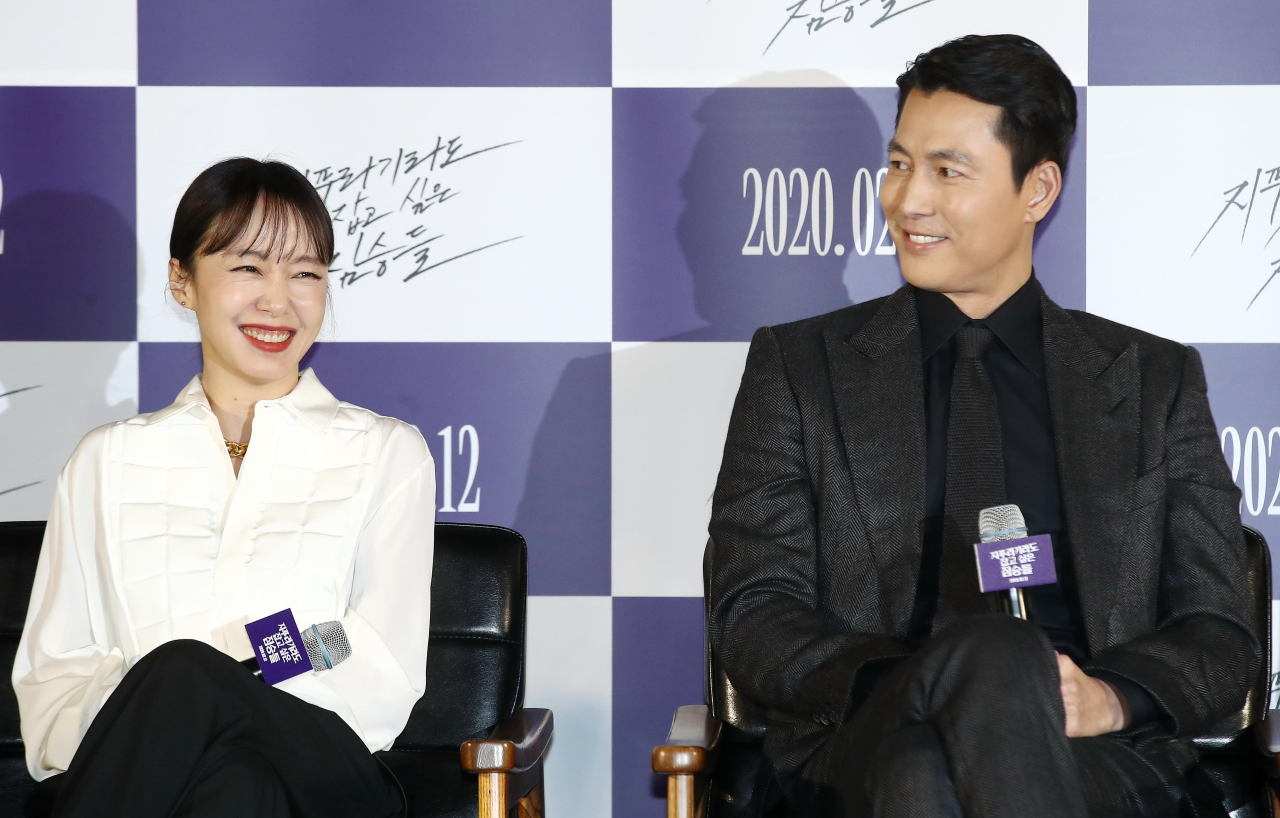 "Jeon Do-yeon, left, and Jung Woo-sung speak during a press conference for ""Beasts Clawing at Straws"" held in Seoul on Monday. (Yonhap)"