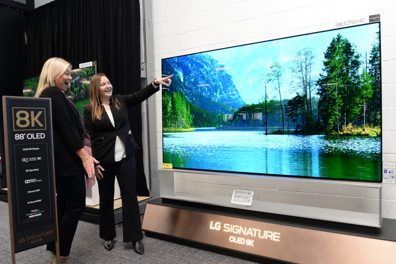 A US consumer is introduced to LG Signature OLED 8K model at Best Buy in Arroyo Crossing Parkway in Las Vegas on Thursday. (LG Electronics)