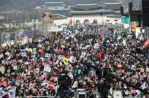 Protesters attend an anti-government rally led by the Pan-National Alliance for Moon Jae-in's Resignation at Gwanghwamun Square in central Seoul, on Jan. 4. (Yonhap)