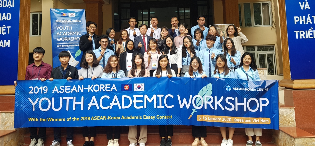 Fourteen winners of an essay contest held last year pose during the 2019 ASEAN-Korea Youth Academic Workshop in Vietnam. (ASEAN-Korea Centre)