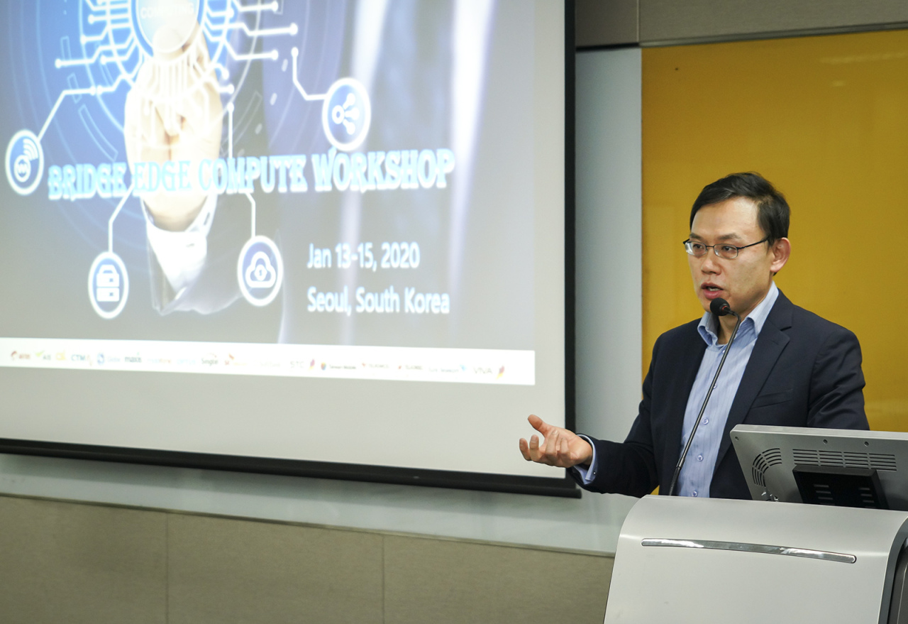 Lee Kang-won, head of SK Telecom's Cloud Labs, explains the company's MEC technology at its headquarters in Seoul, Monday (SK Telecom)