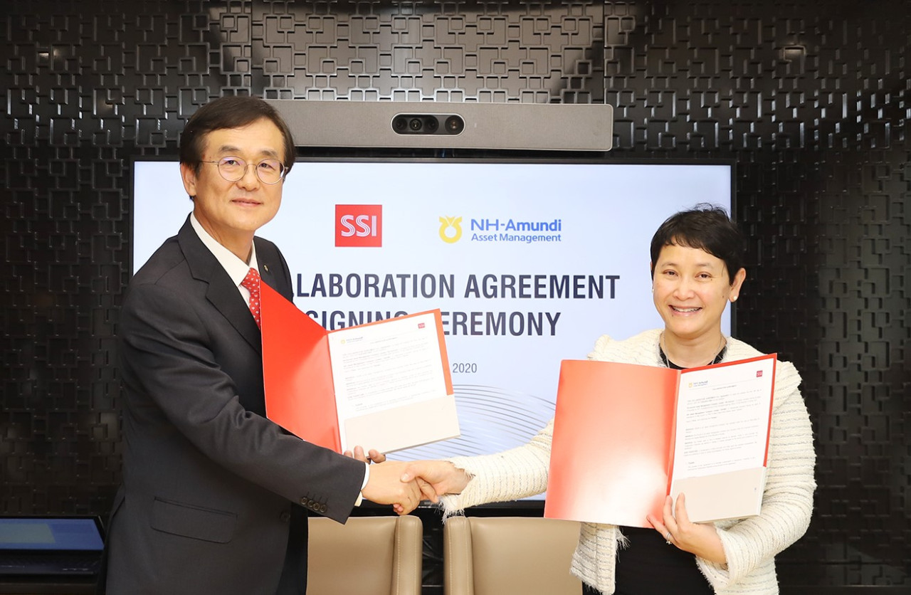 NH-Amundi Asset Management Chief Executive Bae Young-hoon (left) and SSIAM Chief Executive Le Thi Le Hang pose for a photo at a signing ceremony on Monday. (NH-Amundi Asset Management)
