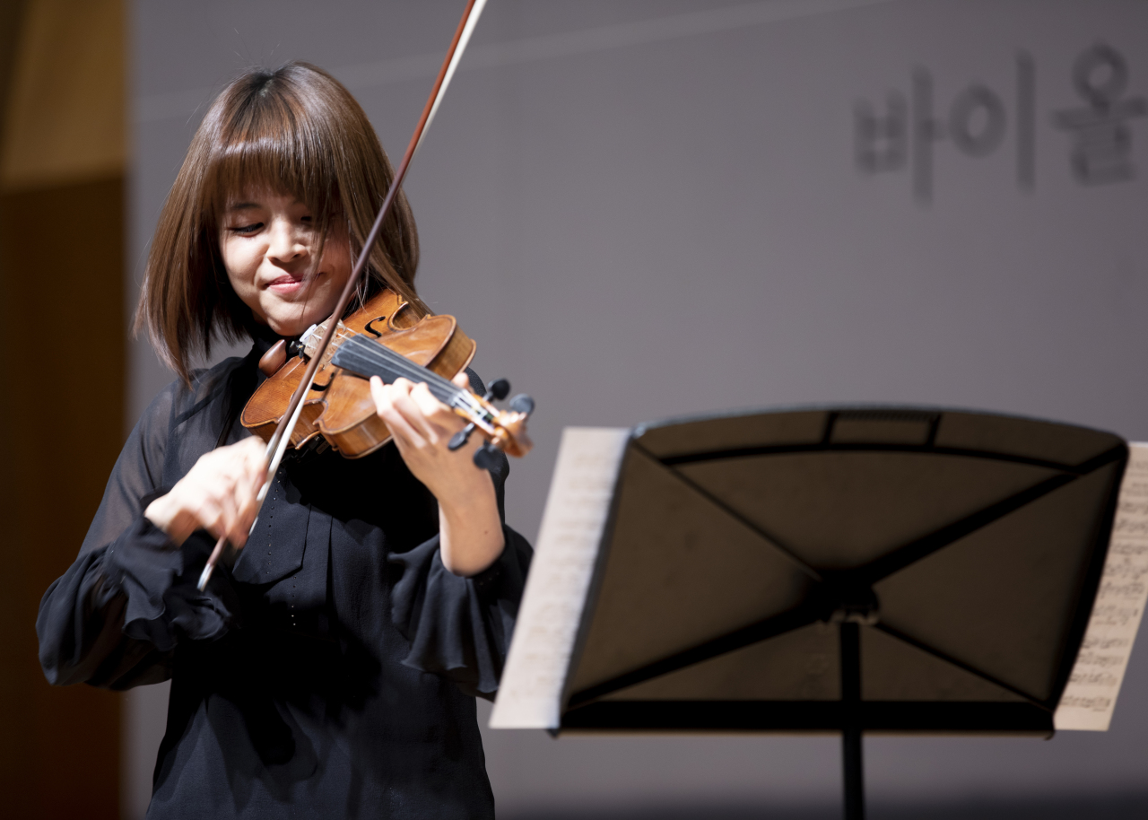 "Violinist Lee Ji-yoon performs Bela Bartok's ""Six Romanian Folk Dances for Violin and Piano"" at a press event Tuesday at Kumho Art Hall Yonsei in Sinchon, western Seoul. (Kumho Art Cultural Foundation)"