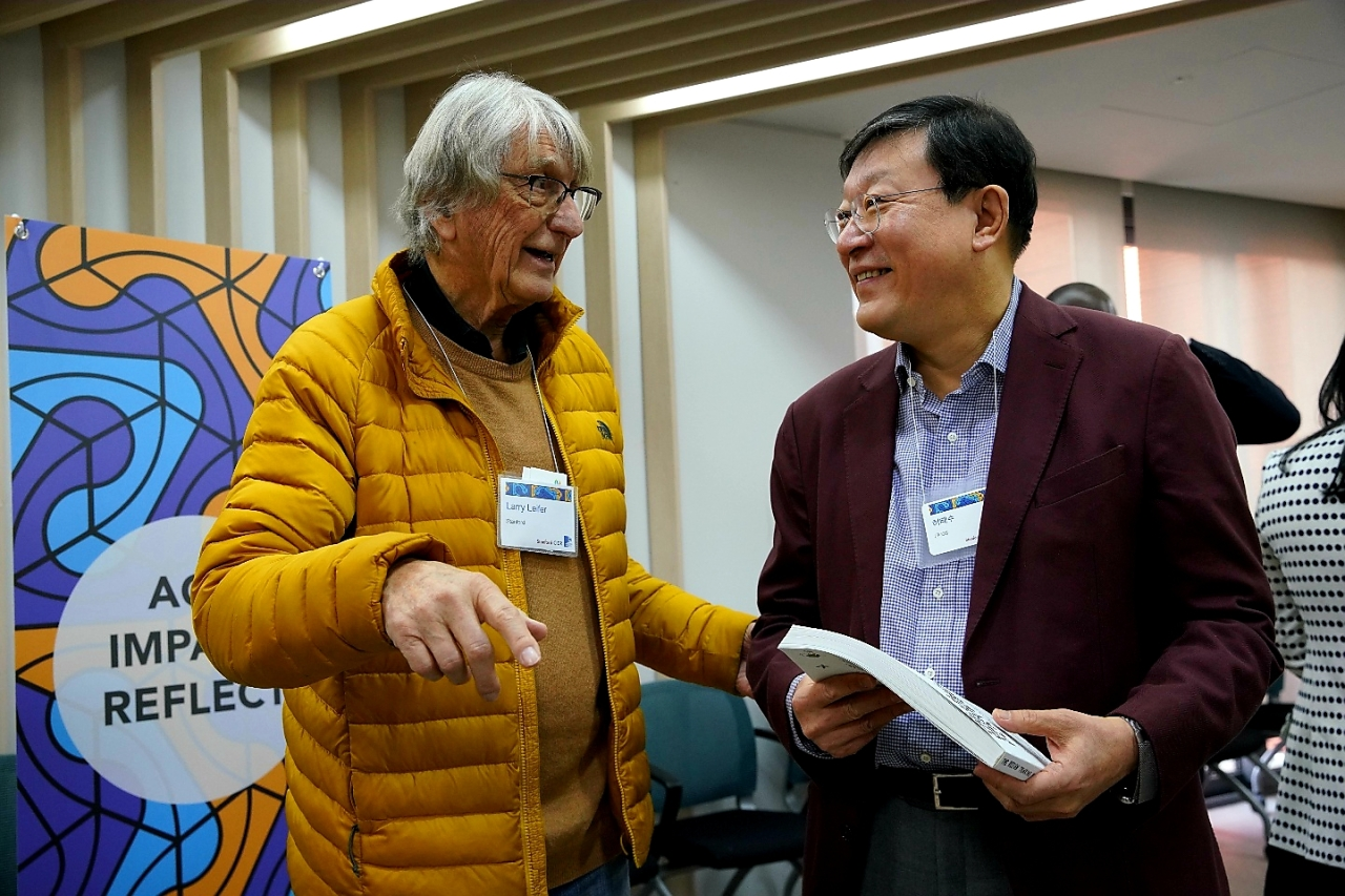 "GS Group Chairman Huh Tae-soo (right) talks with Stanford University Professor Larry Leifer on Monday at the ""Stanford Design Thinking Symposium 2020"" held in Seoul for two days. (GS Group)"
