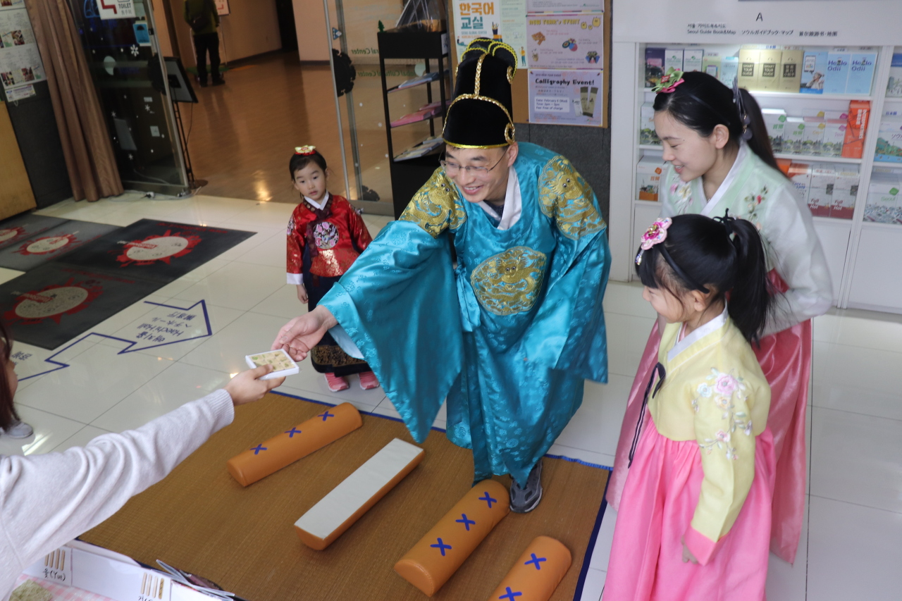 Visitors dress up in hanbok and play traditional Korean games at the Seoul Global Cultural Center in Myeong-dong, Seoul. (Seoul Global Cultural Center)