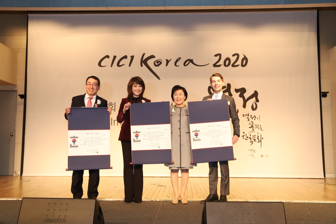 (From left) SK Telecom Vice President Yoo Young-sang, jazz vocalist Nah Youn-sun, CICI President Choi Jung-wha and K-pop columnist Jeff Benjamin pose at the Korea Image Awards. (CICI)