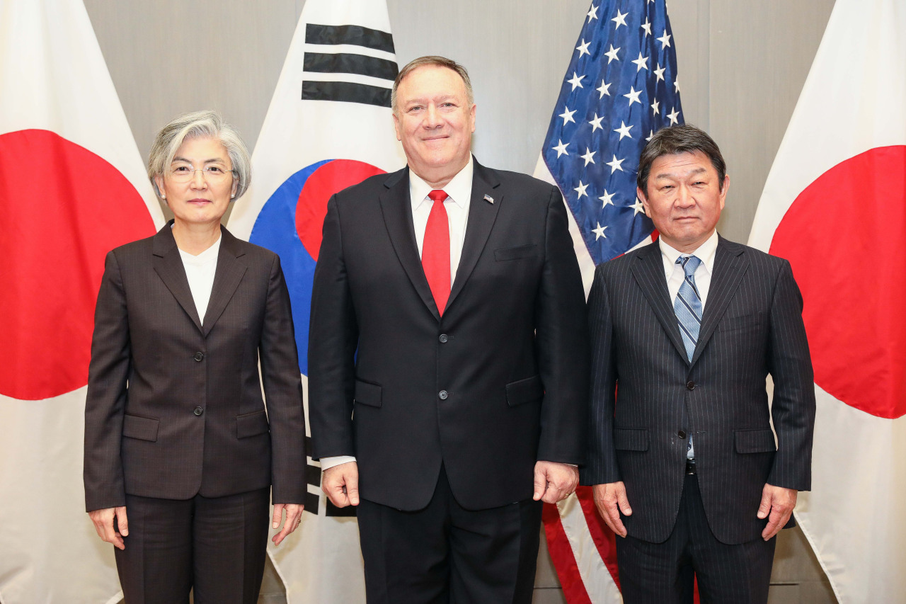 Foreign Minister Kang Kyung-wha (left) poses with US Secretary of State Mike Pompeo(center) and Japanese Foreign Minister Toshimitsu Motegi during their meeting in Palo Alto, California, Tuesday. (Yonhap)
