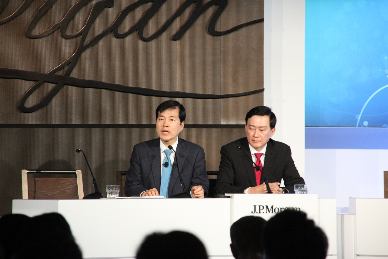 Samsung Biologics CEO Kim Tae-han (left) and Vice President John Rim (Lim Jeong-yeo/The Korea Herald)