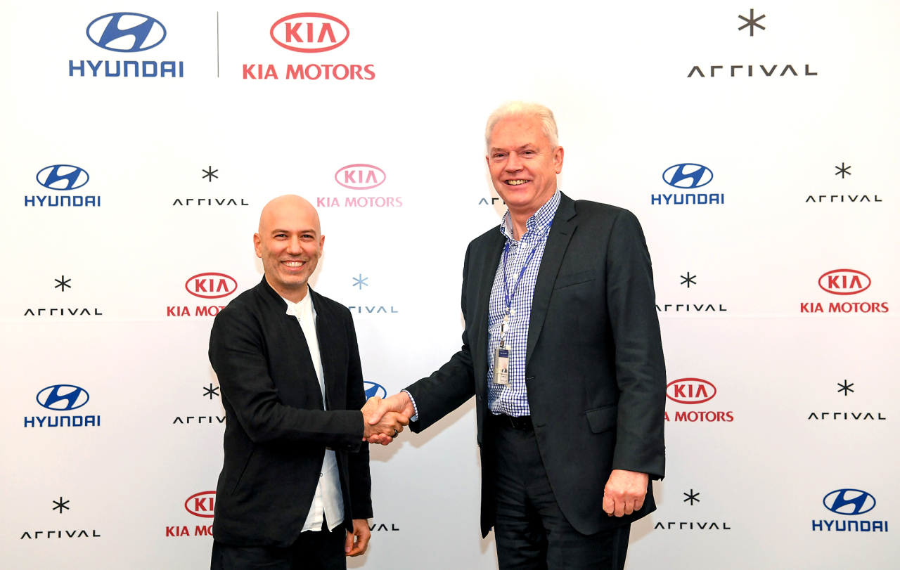Albert Biermann (right), the head of R&D at Hyundai Motor, and Denis Sverdlov, CEO of Arrival, pose for a photo after clinching a deal at Hyundai Motor Group in Seoul on Thursday. (Hyundai Motor Group)