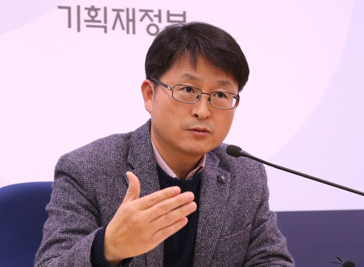 Jung Byung-sik, operation head of the finance ministry's ADB task force, speaks in a press briefing on Thursday. (Yonhap)