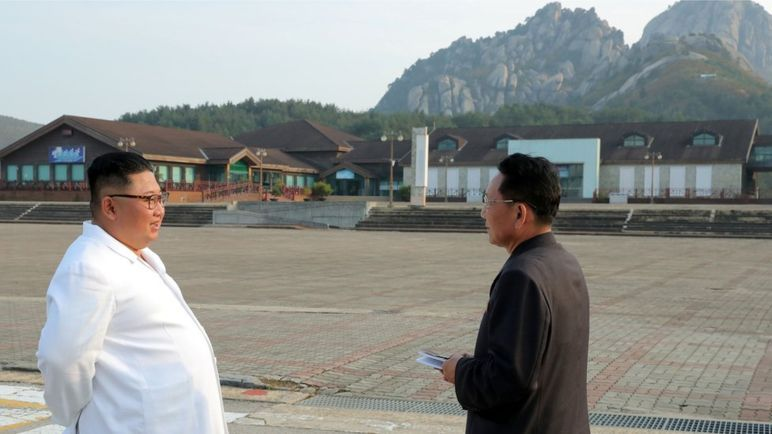 North Korean leader Kim Jong-un (left) inspects the Kumgangsan resort in this photo provided by the North's Korean Central News Agency on Oct. 23. Kim ordered the removal of all South Korea-built facilities at the once jointly run tourist spot, according to the KCNA. (Yonhap)