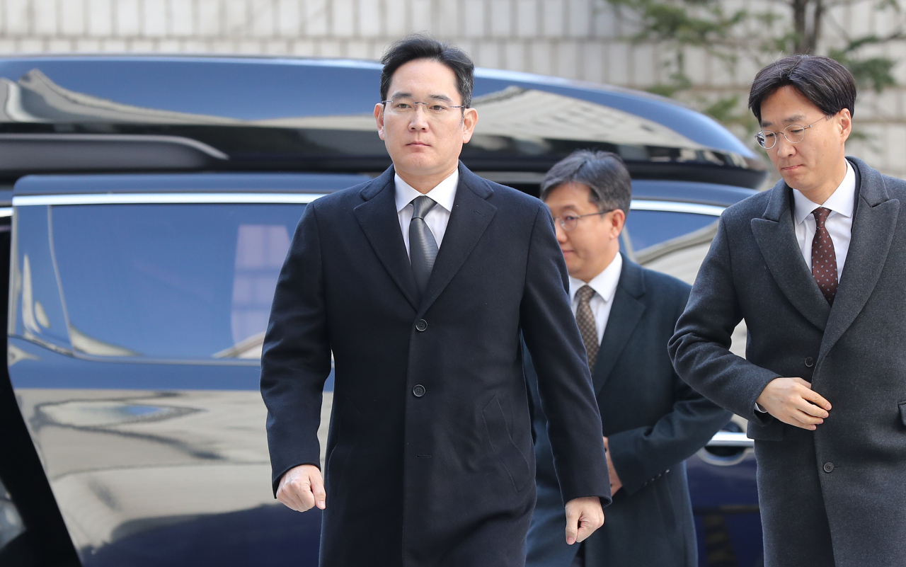 Samsung heir Lee Jae-yong enters the Seoul High Court for the fourth hearing of his retrial on Friday. (Yonhap)