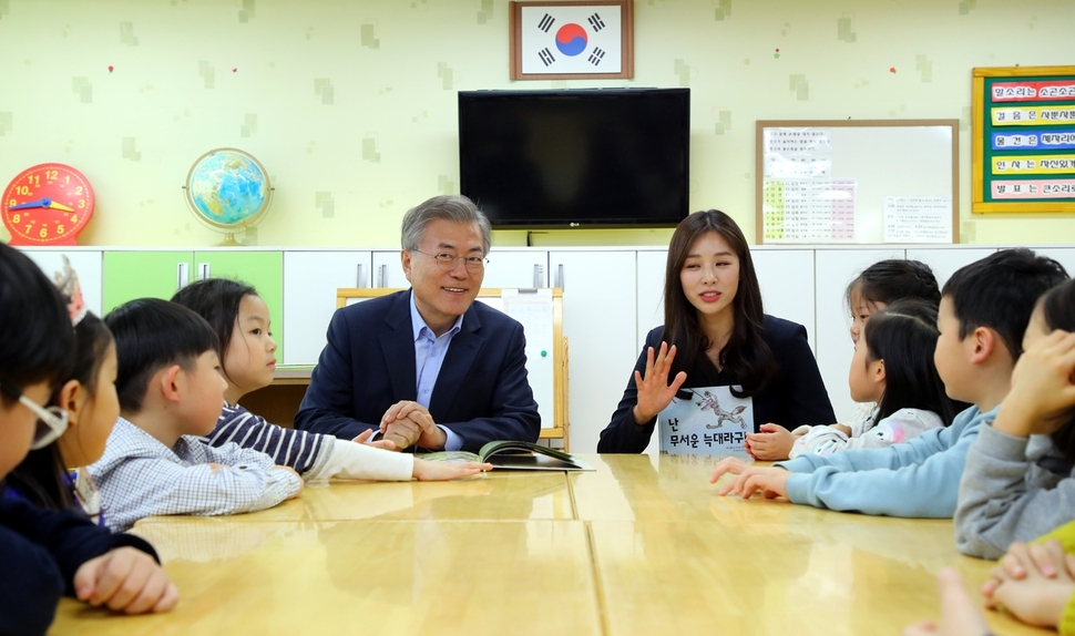 President Moon Jae-in visits an elementary school in Seoul in April 2018. The sharp drop in the number of Koreans aged between zero and 14 corresponds with a steady fall in the number of students per classroom. (Yonhap)