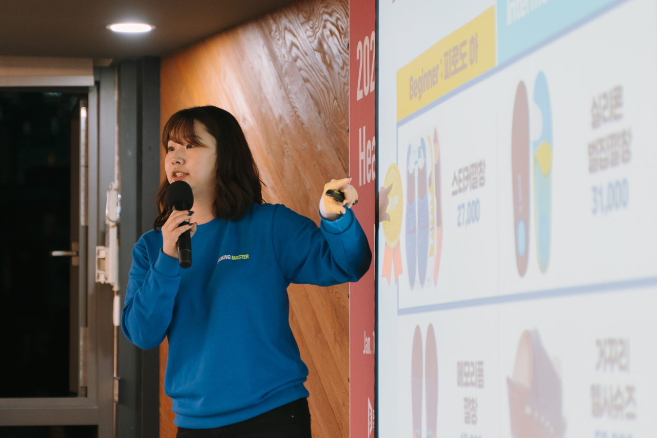 Ki Hee-kyeong, CEO of health tech startup 9to6, delivers a presentation at startup accelerator D.Camp's pitching event on Jan. 14 in Seoul. (D.Camp)