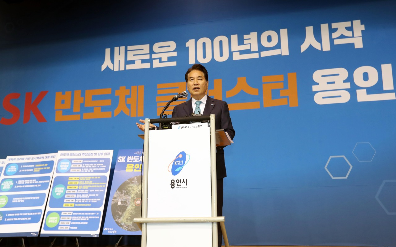 Mayor Baek Kun-ki speaks during a press conference on the creation of a semiconductor cluster with SK hynix. (Yongin city government)