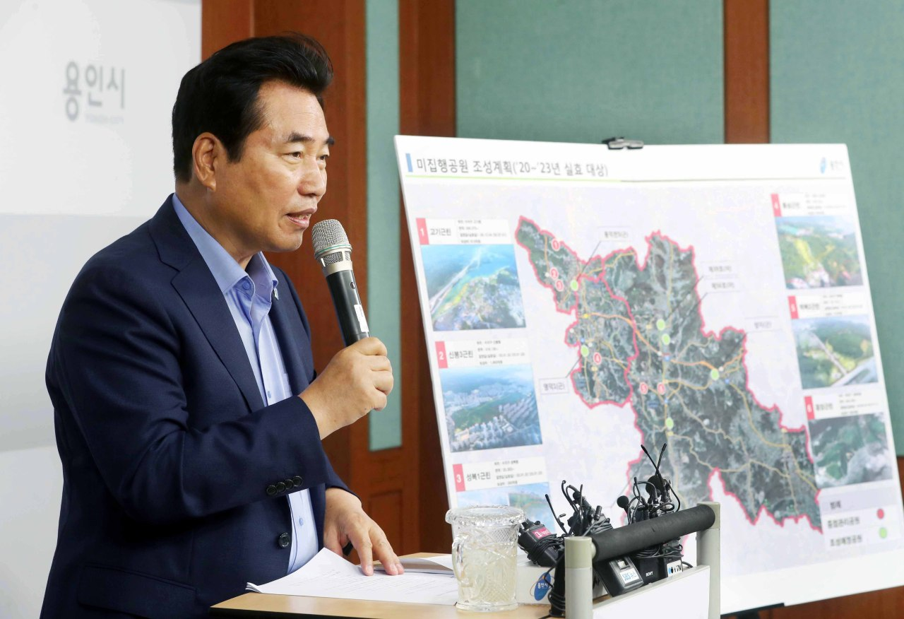 Mayor Baek Kun-ki outlines the city's plans to build public parks. (Yongin city government)