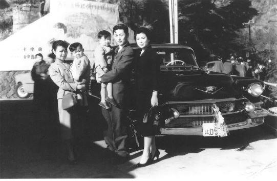 Shin Kyuk-ho (second from right) is seen holding Shin Dong-joo, his eldest son and former vice chairman of Lotte Holdings, next to his then wife Shigemitsu Hatsuko (right), and an unidentified nanny (left) who is seen holding Shin Dong-bin, his second son and Lotte Group chairman. Yonhap