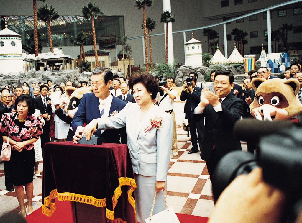 Shin Kyuk-ho (center left) attends a ceremony to mark the opening of Lotte World in Jamsil, Seoul, March 2, 1997. (Lotte)