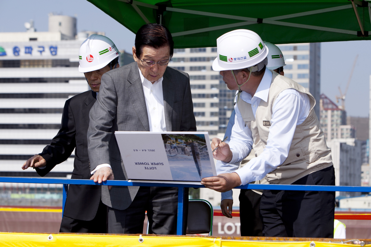 Shin Kyuk-ho visits the Lotte World Tower construction site in Jamsil, Seoul, June 5, 2011. (Lotte)