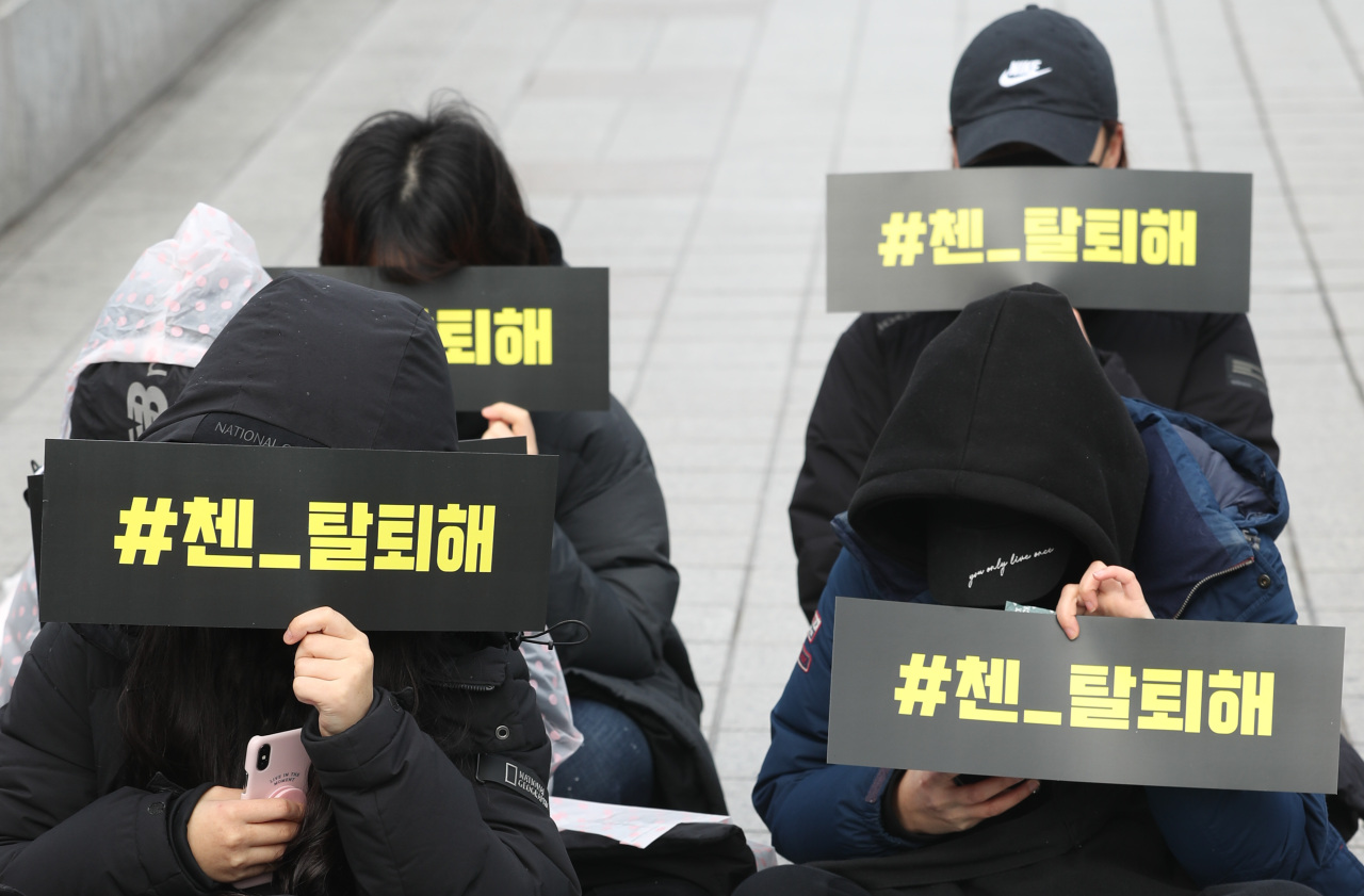 EXO fans stage a silent protest outside the SM Town building at Coex Artium in southern Seoul, Sunday. (Yonhap)