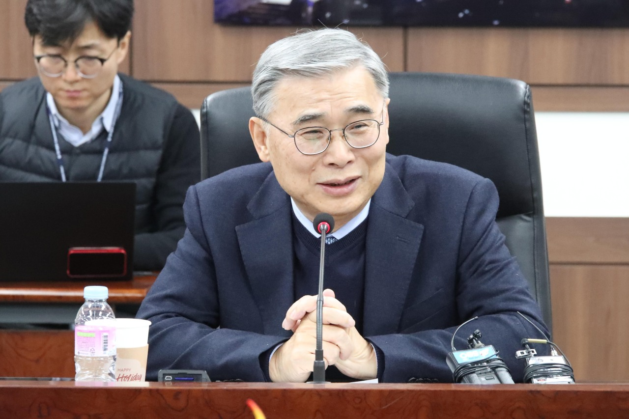 Lee Jong-seok, former unification minister, speaks to reporters on Monday. (Yonhap)