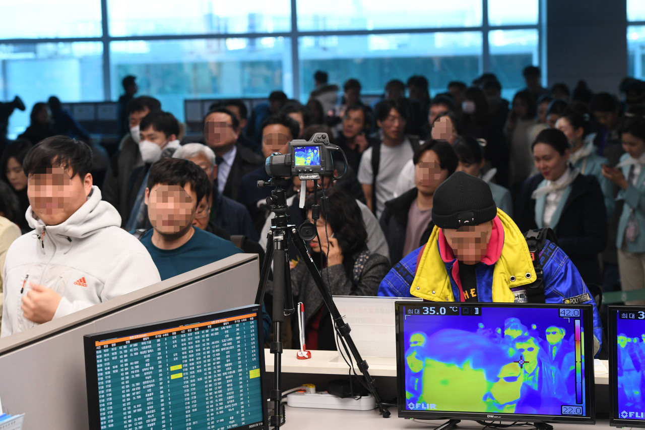 Passengers arriving from Southeast Asia and Wuhan are scanned at the Incheon International Aiport on Monday. Yonhap