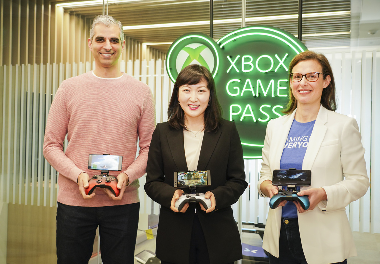 From left: Kareem Choudhry, vice president of cloud gaming at Microsoft; Jeon Jin-soo, vice president and head of the 5GX service business division at SK Telecom; and Catherine Gluckstein, general manager of Project xCloud, pose for pictures at Microsoft's Seoul office, Tuesday.