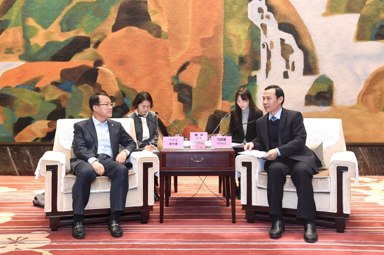 Celltrion's Vice Chairman Kee Woo-sung (left) and Hubei provincial government official Ma GuoQiang discuss business in Wuhan, China, Monday. (Celltrion)