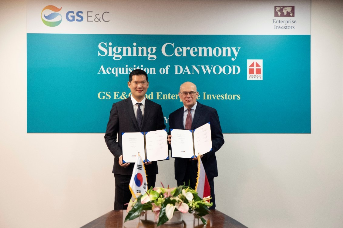 GS E&C President of New Business Huh Yoon-hong (left) and President of Enterprise Investor Jacek Siwicki pose after signing an acquisition contract in the head office of Danwood, in Bialystok, Poland, Tuesday. (GS E&C)