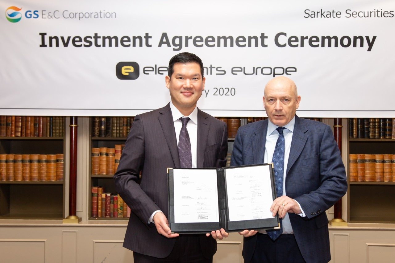 GS E&C President of New Business Huh Yoon-hong and head of Elements Europe Roland Pickstock pose at an investment agreement ceremony, Thursday. (GS E&C)
