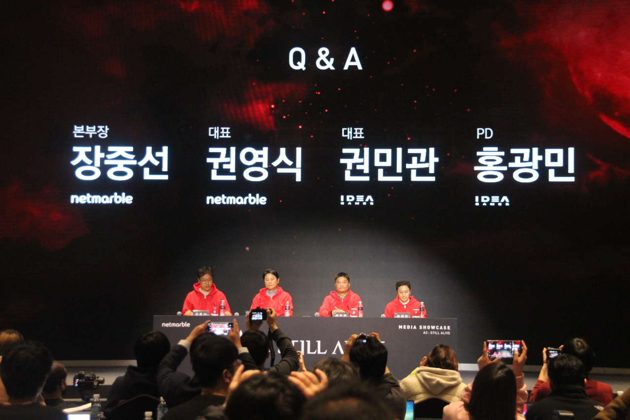 Netmarble CEO Kwon Young-sig (second from left) and Idea Games CEO Kwon Min-kwan (third from left) (Lim Jeong-yeo/The Korea Herald)