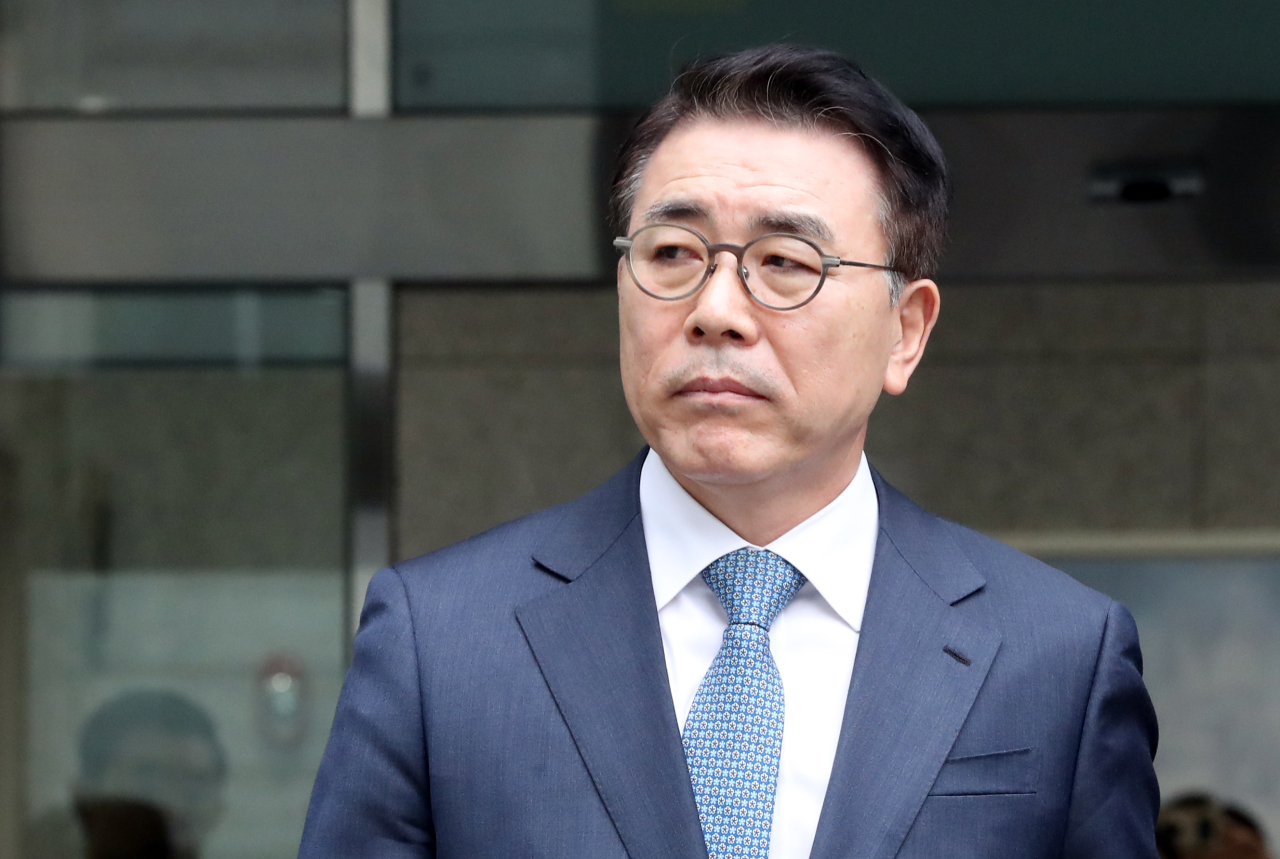 Shinhan Financial Group Chairman Cho Yong-byoung leaves the Seoul Eastern District Court in Seoul on Wednesday. (Yonhap)