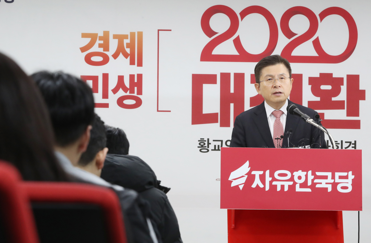 Hwang Kyo-ahn, head of the main opposition Liberty Korea Party, holds a press conference at the party's headquarters in western Seoul on Wednesday. (Yonhap)