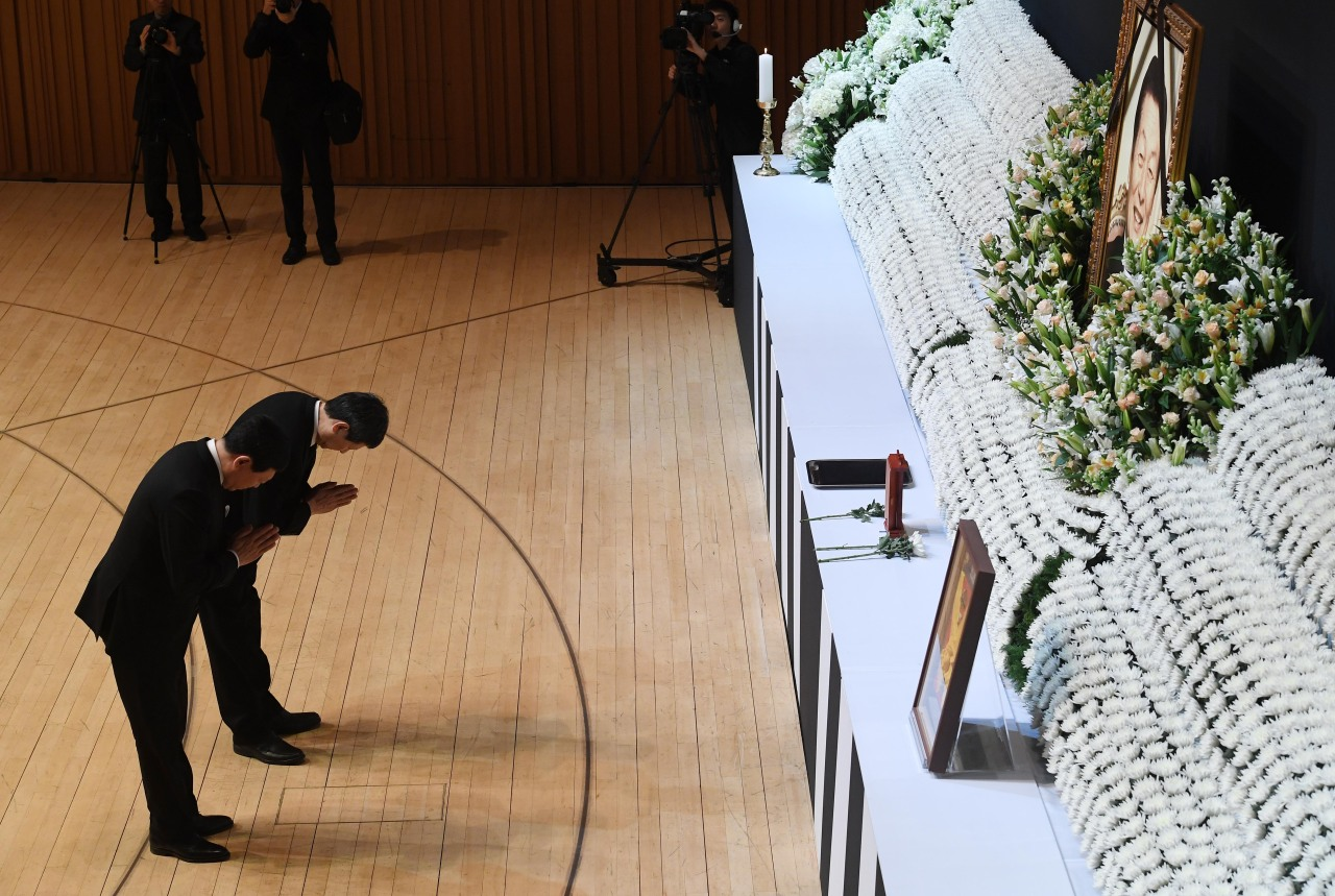Late Lotte Group founder Shin Kyuk-ho's two sons, Shin Dong-bin (left), the second son and the chairman of Lotte Group, and Shin Dong-joo, the first son and chairman of SDJ Corporation, lay wreaths at a sendoff ceremony held inside the concert hall at the Lotte World Mall in Seoul on Wednesday. (Yonhap)