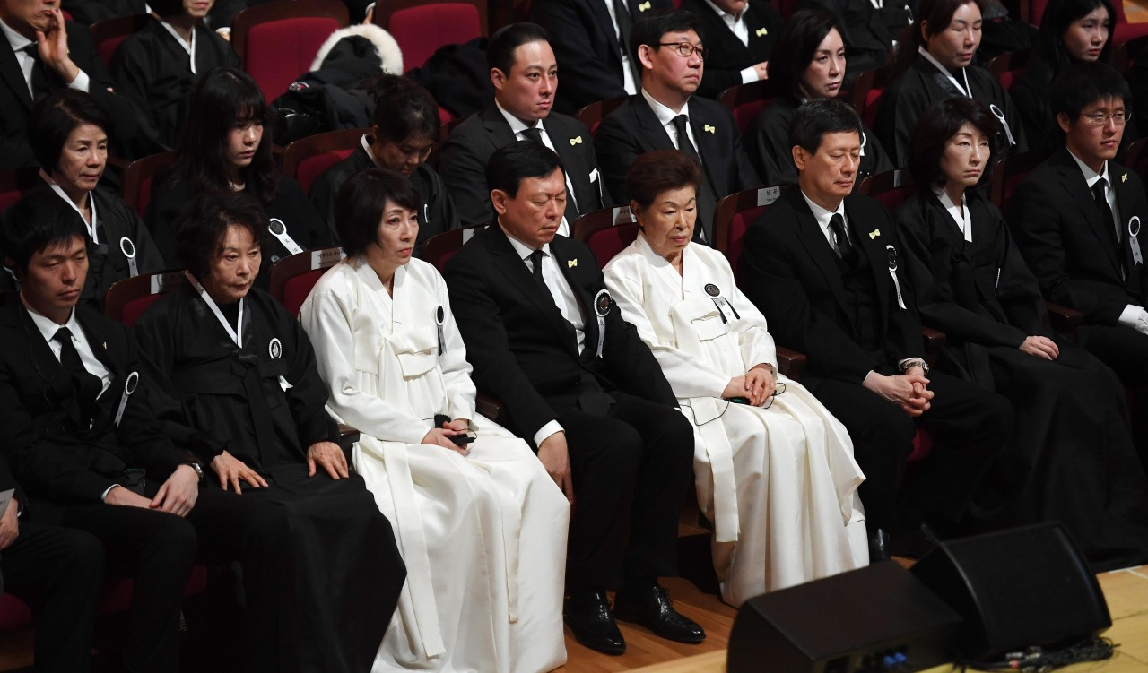 Shin Dong-bin (fourth from left), the chairman of Lotte Group and Shin Dong-joo (third from right), the chairman of SDJ Corporation, and other family members, including their mother Shigemitsu Hatsuko (fifth from left), and their wives, attend the ceremony to say goodbye to the late entrepreneur held inside the concert hall at the Lotte World Mall in Seoul on Wednesday. (Yonhap)