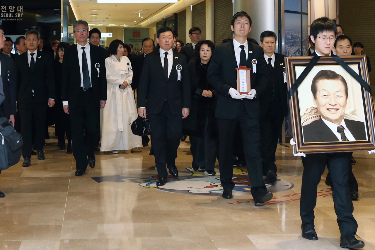 Grandsons of Shin Kyuk-ho lead the mourners during a sendoff ceremony at the Lotte World Mall in Seoul on Wednesday. (Yonhap)