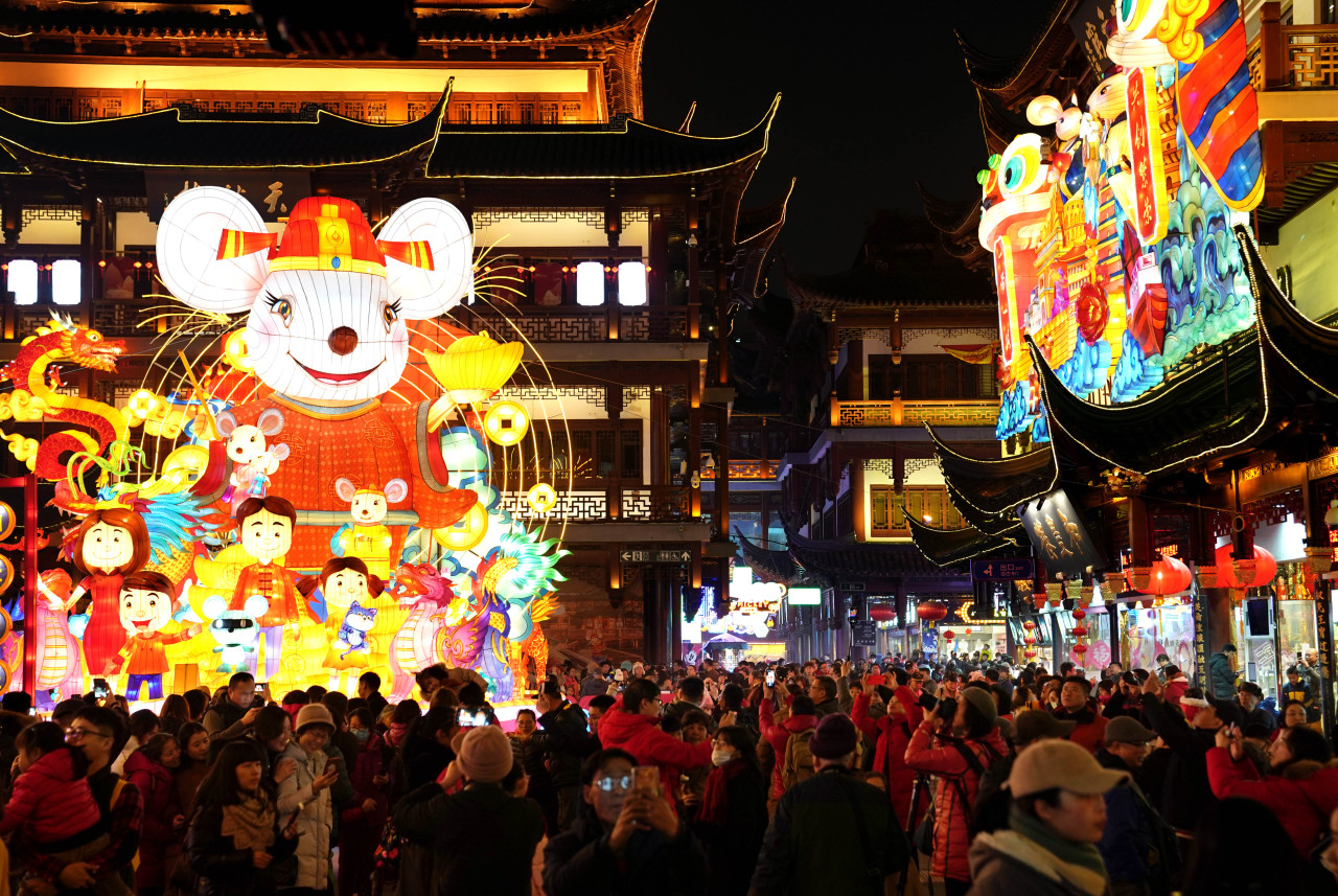 People visit a folk lantern festival at the Yuyuan Garden in Shanghai, Jan. 20, 2020. (Xinhua-Yonhap)