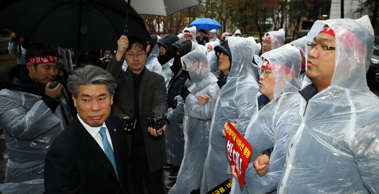 IBK unionists block CEO Yoon Jong-won from entering its headquarters located in central Seoul on Jan. 7. (Yonhap)