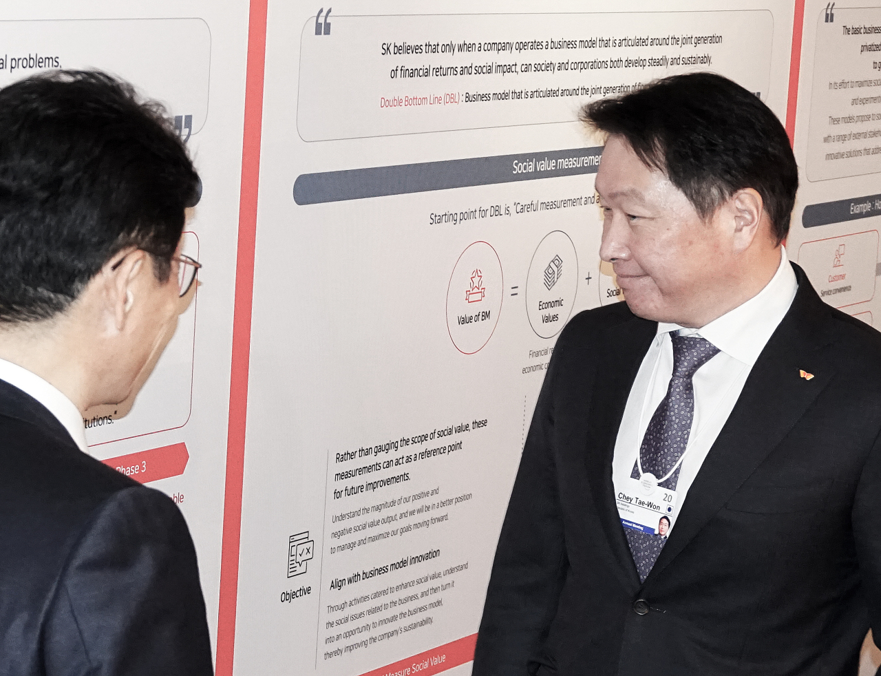 SK Group Chairman Chey Tae-won visits the SK Lounge set up on the occasion of the World Economic Forum in Davos, Switzerland. (SK)
