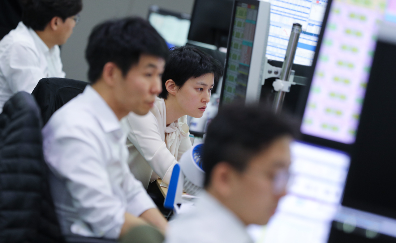 Dealers monitor exchange rates in a trading room at KEB Hana Bank. (Yonhap)